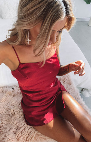 https://files.beginningboutique.com.au/Jordyn+Dress+Red+Satin.mp4