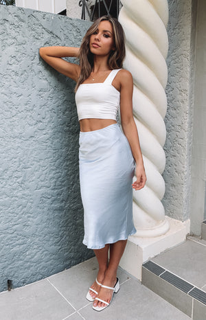 https://files.beginningboutique.com.au/Trisha+Midi+Skirt+Light+Blue.mp4